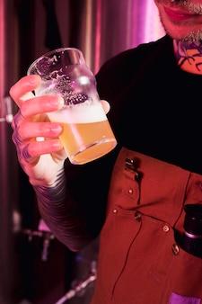 Ambachtelijke bier concept met getatoeëerde man