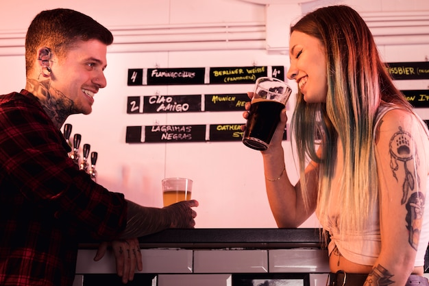 Ambachtelijke bier concept met hipster paar