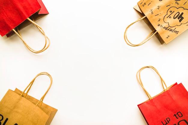 Ambachtelijke boodschappentassen met verkoopinscripties