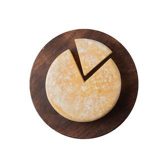 Ambachtelijke canastra kaas uit minas gerais, brazilië geïsoleerd op witte achtergrond.