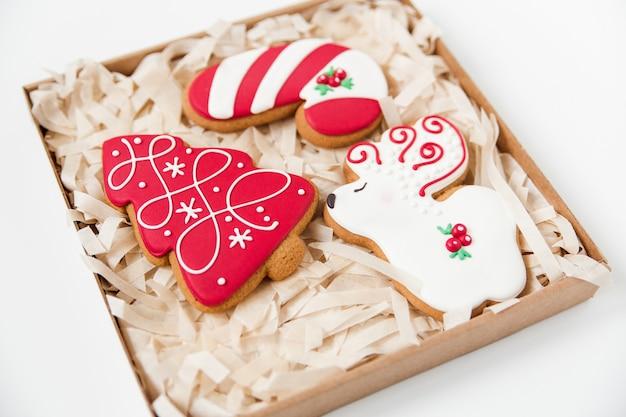 Ambachtelijke doos met peperkoek kerstkoekjes. boomvormig en herten.