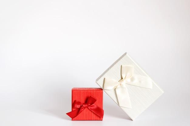 Ambachtelijke geschenkdoos op een witte achtergrond, versierd met een strik. voor verjaardag, jubileumgeschenken, cadeaubonnen.