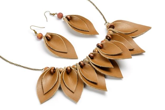 Ambachtelijke ketting en oorbellen in de vorm van bloemblaadjes gemaakt van bruin leer