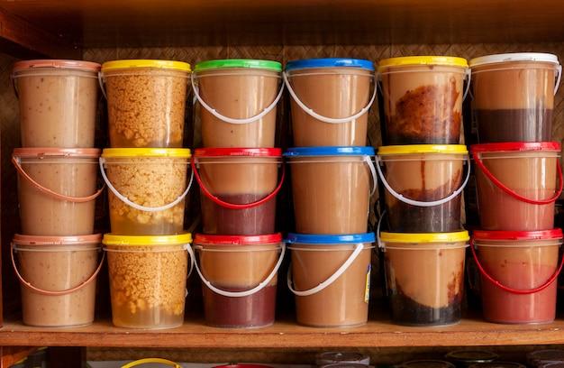 Ambachtelijke melksuikergoed te koop in plastic potten braziliaanse keuken zoet geserveerd als dessert