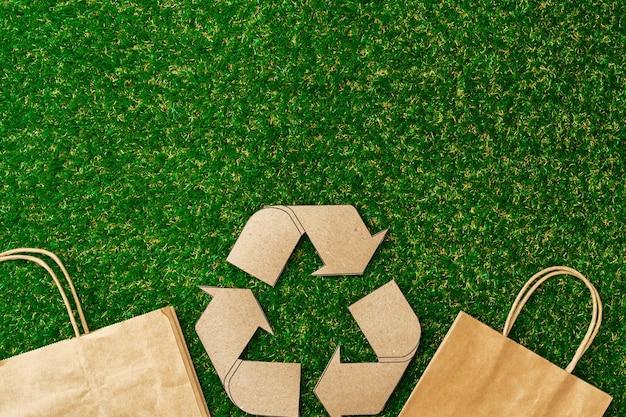 Ambachtelijke papieren eco-tas bovenaanzicht, milieuvriendelijk concept van consumptie