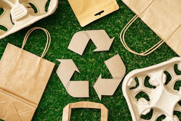 Ambachtelijke papieren eco-tas milieuvriendelijk concept van consumptie