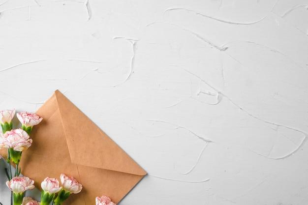Ambachtelijke papieren envelop met bos bloemen