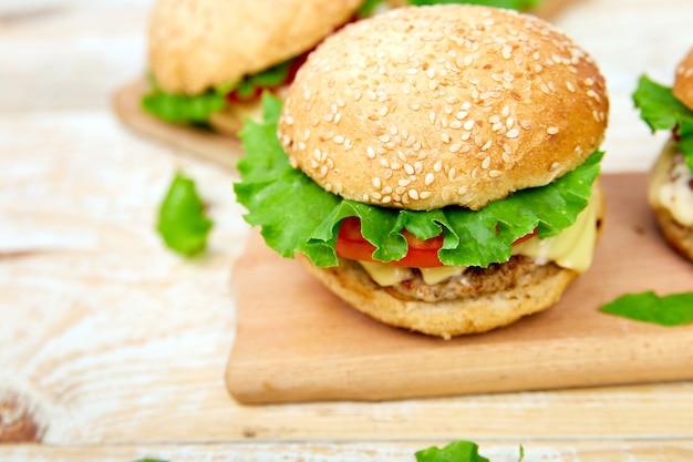 Ambachtelijke rundvlees hamburger op houten tafel