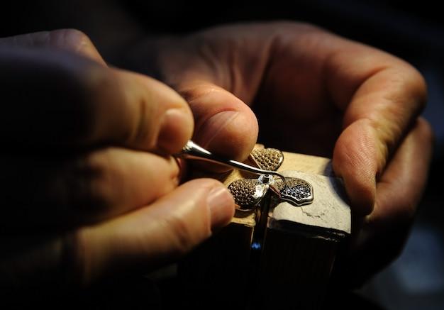 Ambachtelijke sieraden maken.