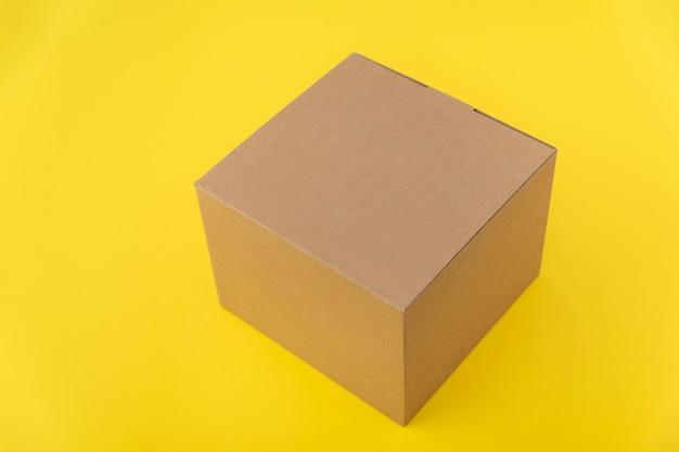Ambachtelijke vierkante doos op geel