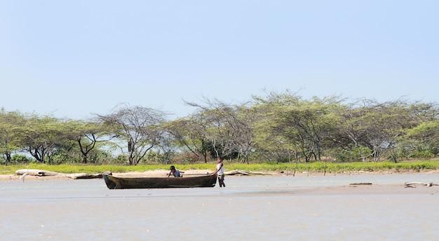 Ambachtelijke vissersboot met bomen