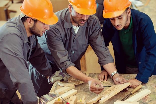Ambachtslui in houtfabriek