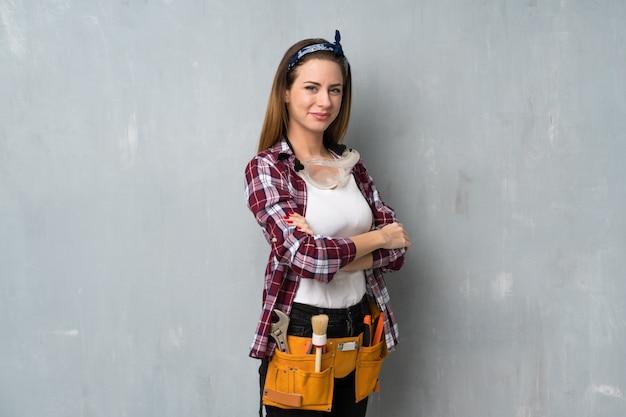 Ambachtslui of elektricien vrouw met gekruiste armen en verheugen zich op
