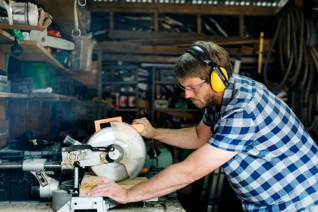 Ambachtsman die met hout werkt
