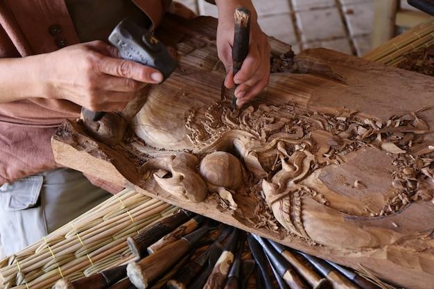 Ambachtsman houtsnijwerk