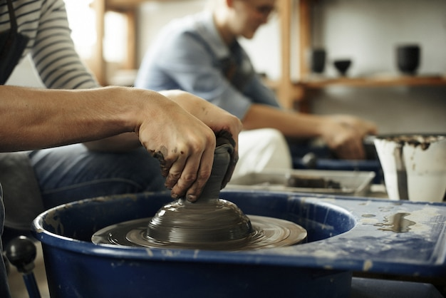 Ambachtsman kunstenaar aardewerk vaardigheid workshop concept