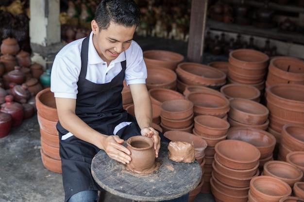 Ambachtsman kunstenaar die aardewerk maakt