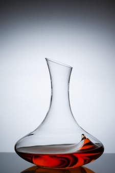 Amber wijn. een scheutje wijn in de karaf. traditionele wijn volgens de oude georgische technologie. concept. kopieer ruimte. close-up en verticale oriëntatie.