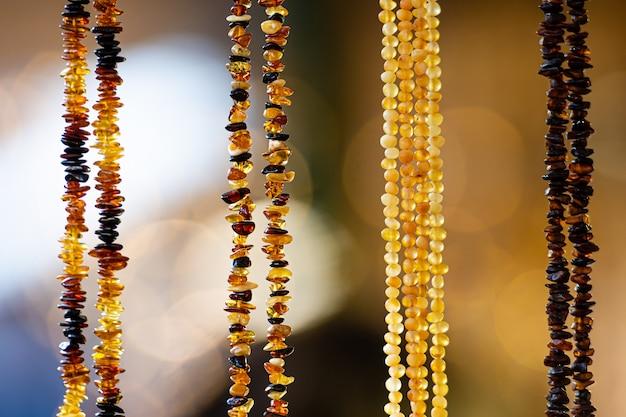 Amberkleurige achtergrond van kralen en kettingen op de handwerkmarkt. souvenirs uit baltische landen