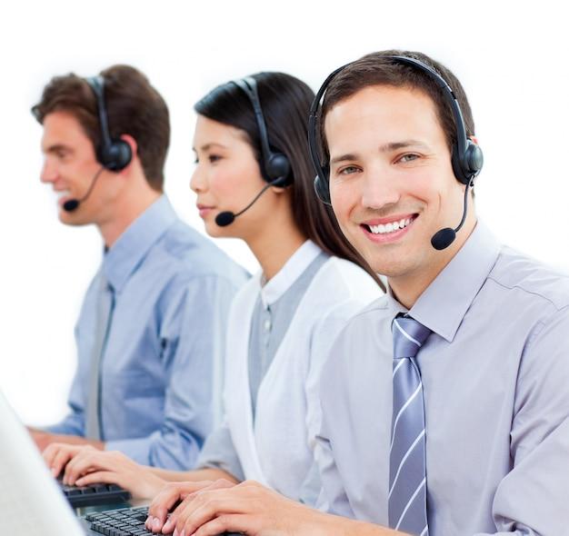 Ambitieuze medewerkers van de klantenservice die in een callcenter werken