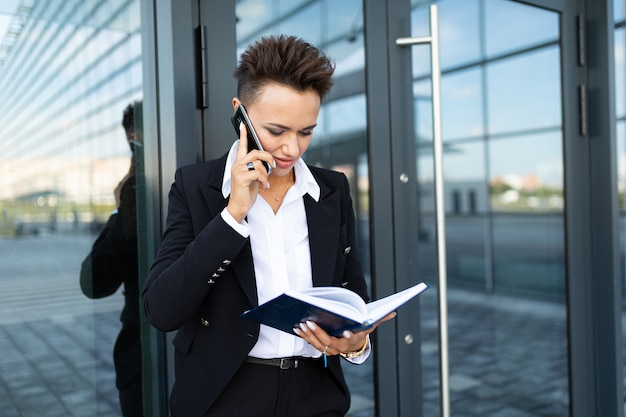 Ambitieuze mooie zakenvrouw aantekeningen maken
