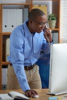 Ambitieuze verkoopmanager belt een klant aan de telefoon