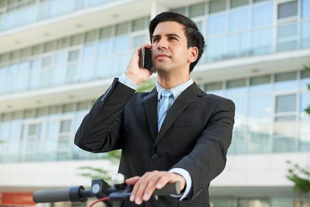 Ambitieuze zakenman die op telefoon roept