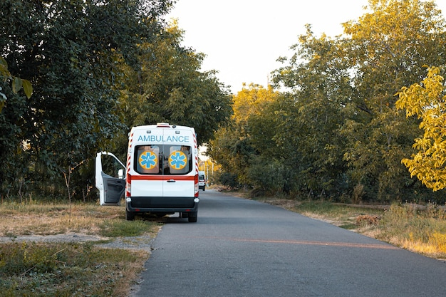 Ambulanceauto staat geparkeerd aan de kant van de weg.