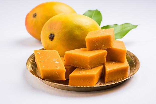 Ambyachi vadi of mango burfi of barfi of cake uit india wordt gemaakt met authentiek alphonso fruit vermengd met khoya. geserveerd in een bord, selectieve focus