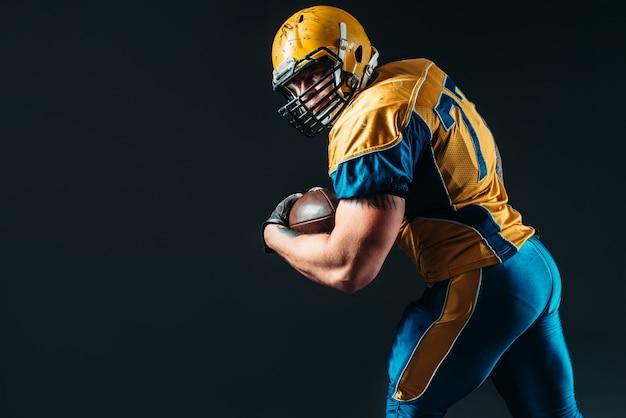 American football aanvallende speler met bal