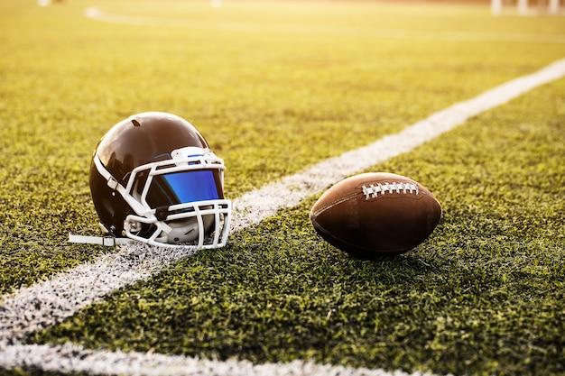 American football helm en bal op groen gras