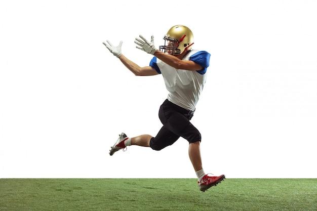 American football-speler geïsoleerd op de achtergrond van de gradiëntstudio in neonlicht met schaduwen
