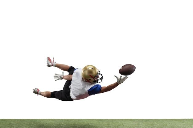 American football-speler geïsoleerd op een witte studio achtergrond met copyspace. professionele sportman tijdens het spelen in actie en beweging. concept van sport, beweging, prestaties.