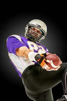 American football-speler in actie met bal