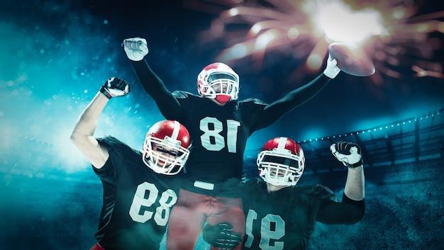 American football-spelers in actie spelen in het professionele sportstadion. fit blanke mannen in uniform met bal. menselijke emoties en gezichtsuitdrukkingen concept. door elkaar gooien van concepten