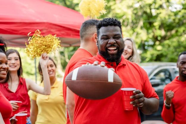 American football-supporter bij een evenement op de achterklep