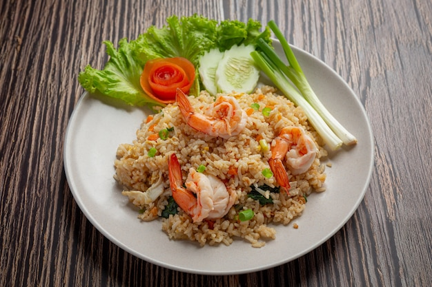 American shrimp fried rice geserveerd met chili fish sauce thai food.