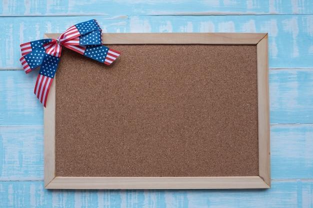 Amerika lint op blauwe houten oppervlak.