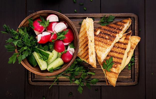 Amerikaans broodje warme kaas. zelfgemaakte gegrilde kaas sandwich voor het ontbijt. bovenaanzicht