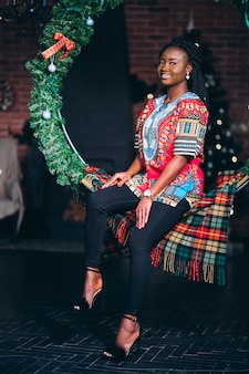 Amerikaans de vrouwenmodel van afro in studio op kerstmis