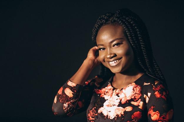 Amerikaans de vrouwenmodel van afro in studio