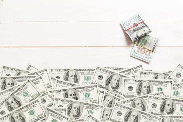 Amerikaans geld op gekleurde hoogste mening als achtergrond, met lege plaats voor uw tekst bedrijfsgeldconcept. honderd-dollarbiljetten met stapel contant geld