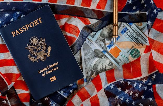 Amerikaans paspoort en vlag over een contant geld van honderd dollarbiljetten