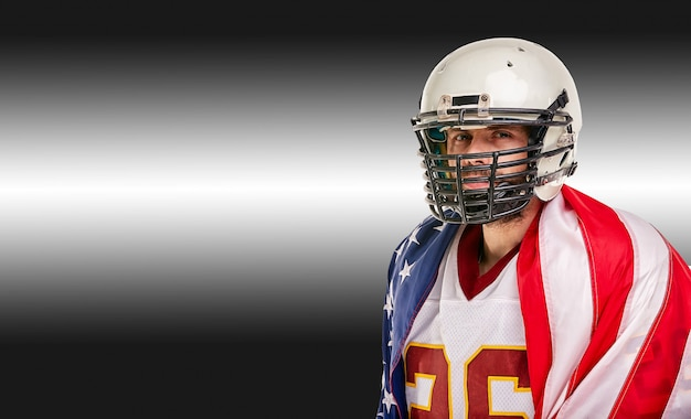 Amerikaans voetbalconcept, portret van amerikaanse voetbalster met amerikaanse vlag op zwarte achtergrond. concept patriottisme, sport, motivator.