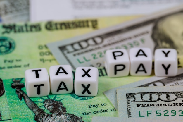 Amerikaanse aangifte inkomstenbelasting van honderd dollarbiljetten