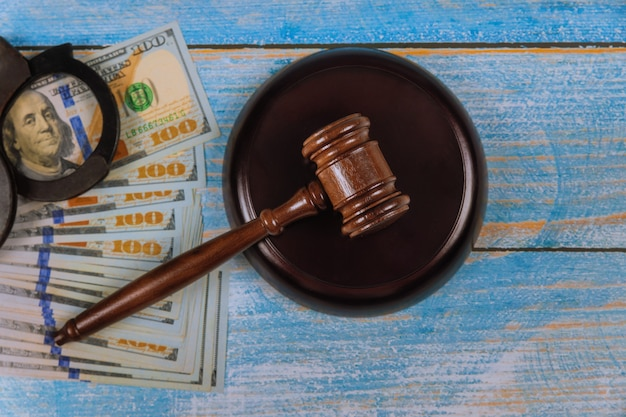 Amerikaanse amerikaanse dollars van justitie beoordelen hamer met handboeien