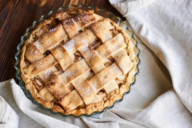 Amerikaanse appeltaart en ingrediënten op houten. bovenaanzicht