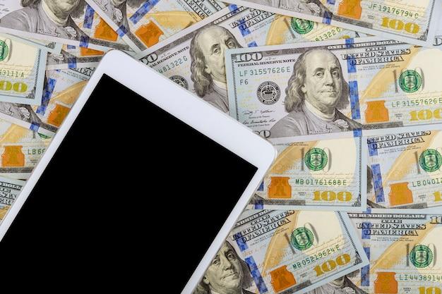 Amerikaanse bankbiljetten honderd dollarsrekeningen op digitale tablet