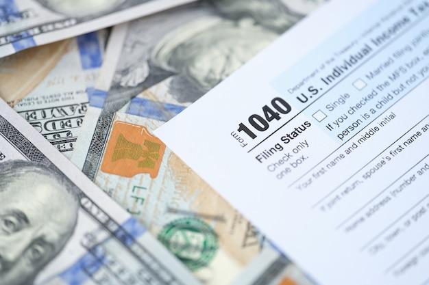 Amerikaanse belastingformulier met dollars op tafel belastingteruggave berekeningsconcept