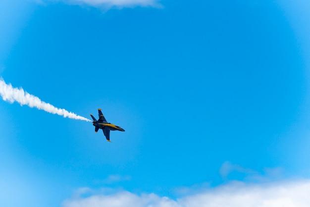 Amerikaanse blauwe vliegtuigen presteren in luchtshow